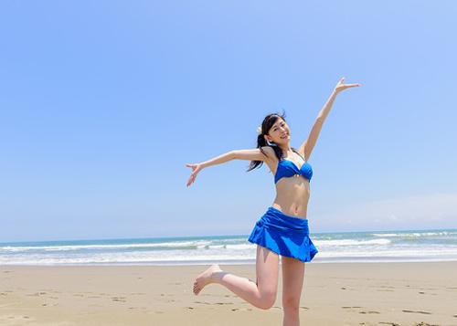 水着で喜ぶ女性