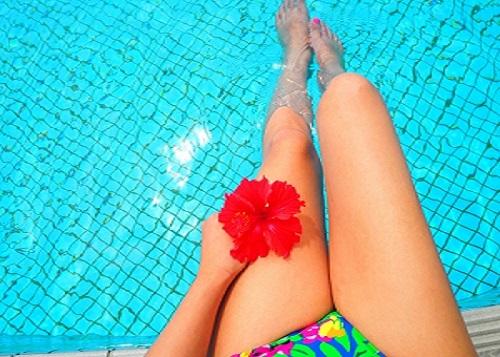 プールで水着