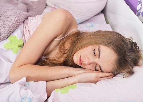 眠る外国人女性