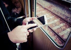 電車でスマホ