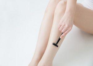 足を剃る女性