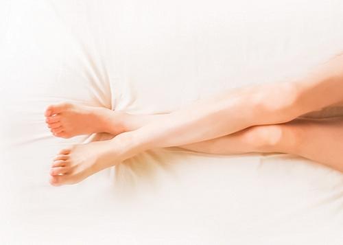 女性の脚(クロス)