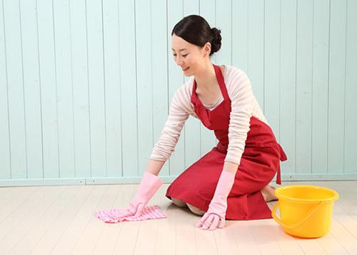 膝をついて拭き掃除