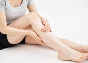 脚を触る女性