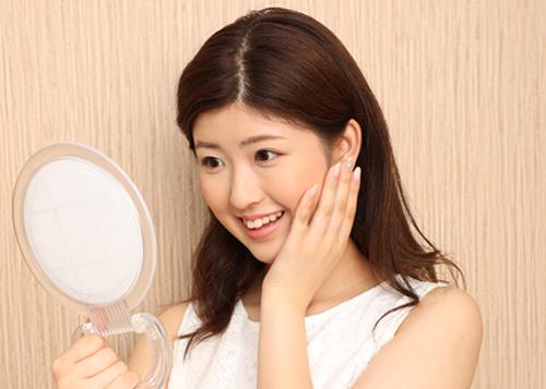 鏡を見て感動する女性