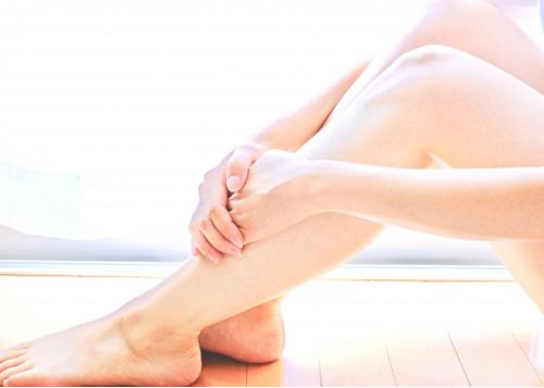 脚を抱える女性