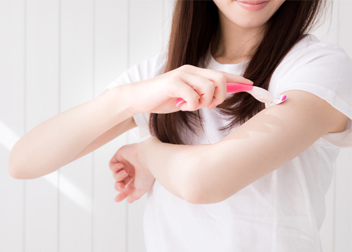 腕のムダ毛を剃る
