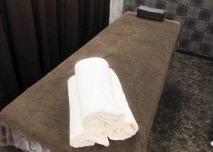 寝屋川店 施術室ベッドの画像